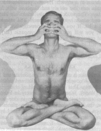 Siddhasana, postura del loto completo con cierre de los sentidos