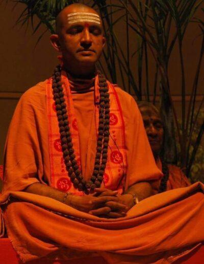 Maestro con postura de meditación