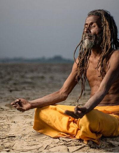 Hombre en postura de meditación