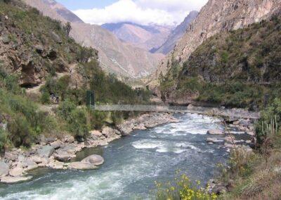 Montaña y río en Perú