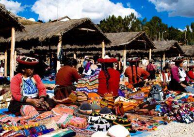 Mujeres vendiendo artesanias tradicionales de Peru